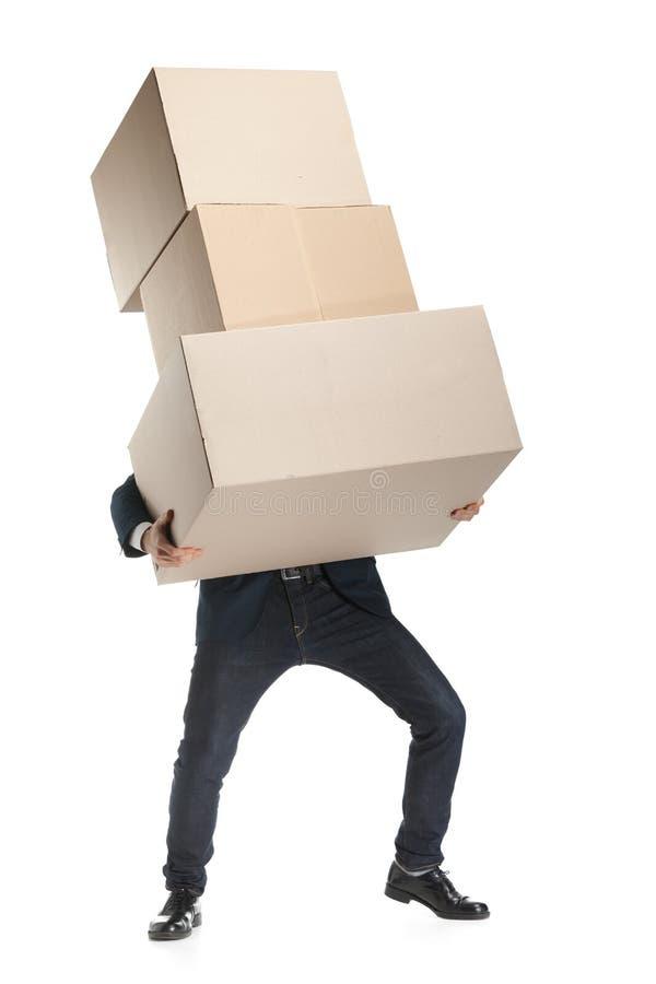 O assistente de loja entrega o pacote pesado foto de stock royalty free