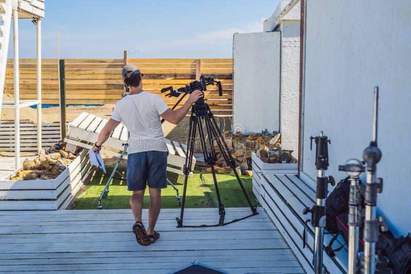 O assistente no tiro do cinema prepara a engrenagem da realização fotos de stock royalty free