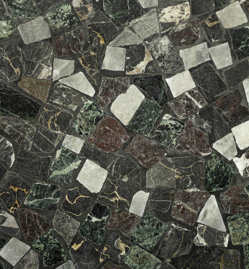 O assoalho de mosaico colorido darked histórico dos tons fechou-se acima imagens de stock royalty free