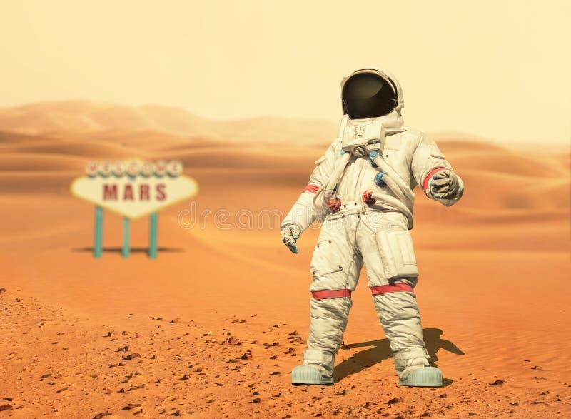 O astronauta anda no planeta vermelho Marte Missão espacial imagem de stock