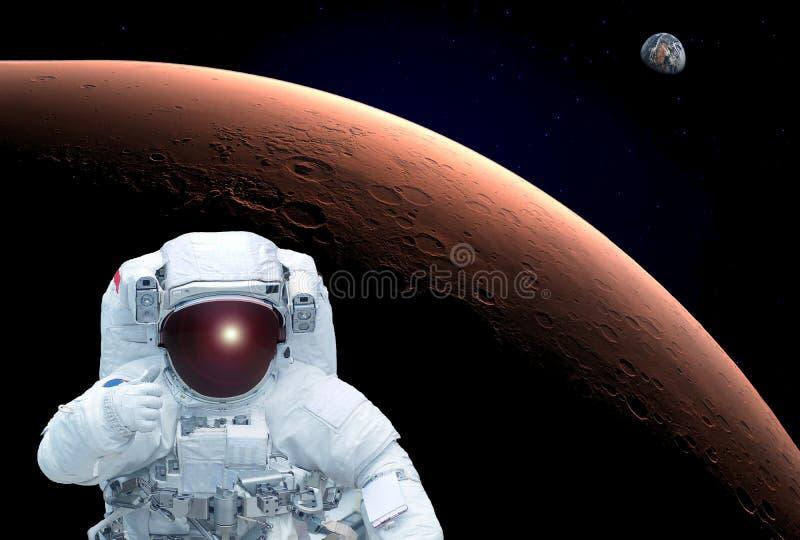 O astronauta em uma órbita de Marte, mostra ao sinal uma classe, terra Os elementos desta imagem foram fornecidos pela NASA fotos de stock royalty free