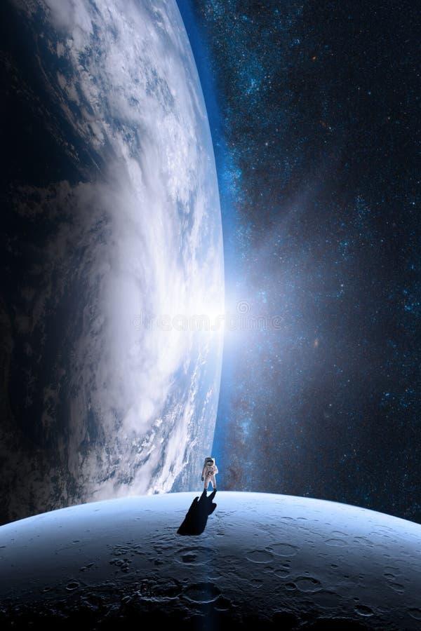 O astronauta está andando na lua imagens de stock