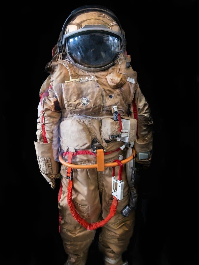 O astronauta ou o astronauta ou cosmonauta no fundo escuro como a ficção científica ou fantásticos exploram o fundo para o projet fotos de stock royalty free