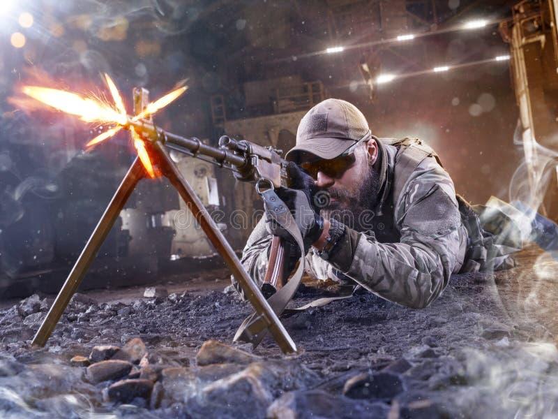 O atirador furtivo das forças especiais está disparando no inimigo imagens de stock royalty free