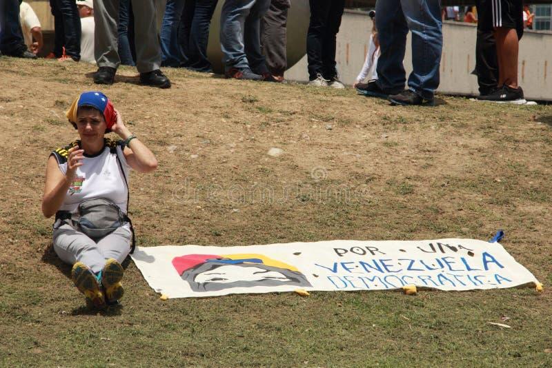 O ativista dos direitos durante uma reunião contra Nicolas Maduro mostra uma imagem do Lander de Neomar do adolescente, 17 um ado imagens de stock