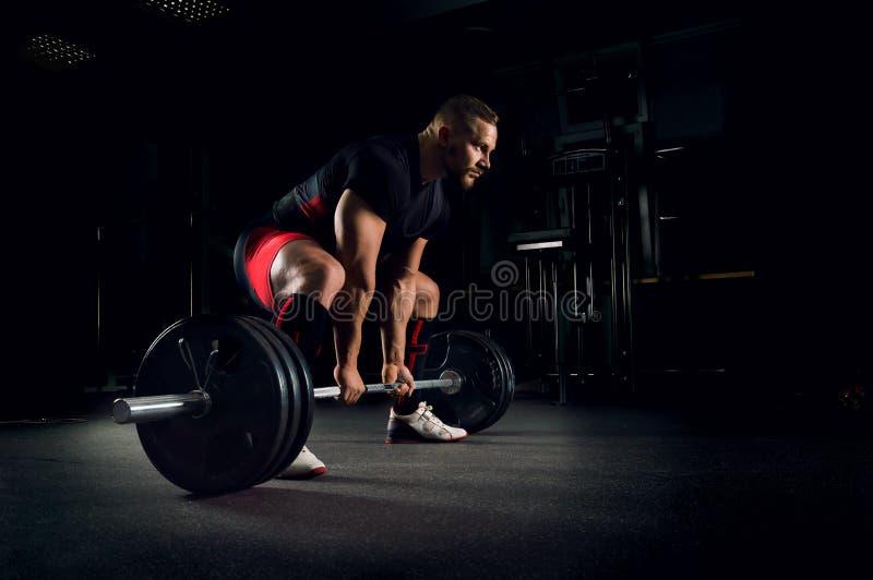 O atleta é preparado para executar um exercício chamado deadlift imagens de stock