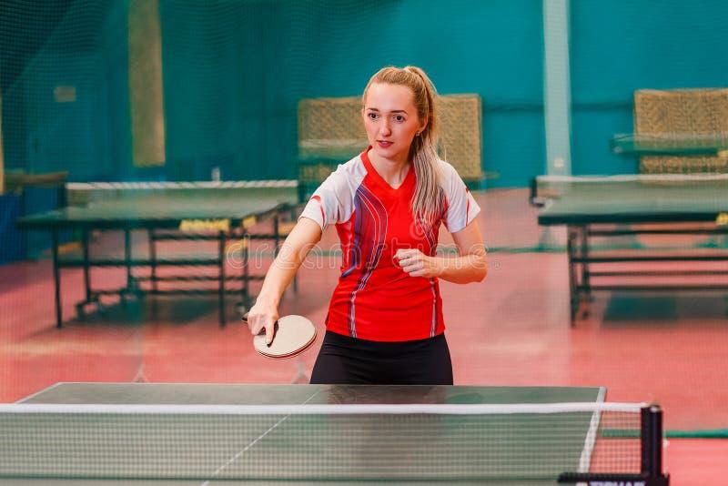 O atleta da jovem mulher joga o pong do sibilo imagem de stock royalty free