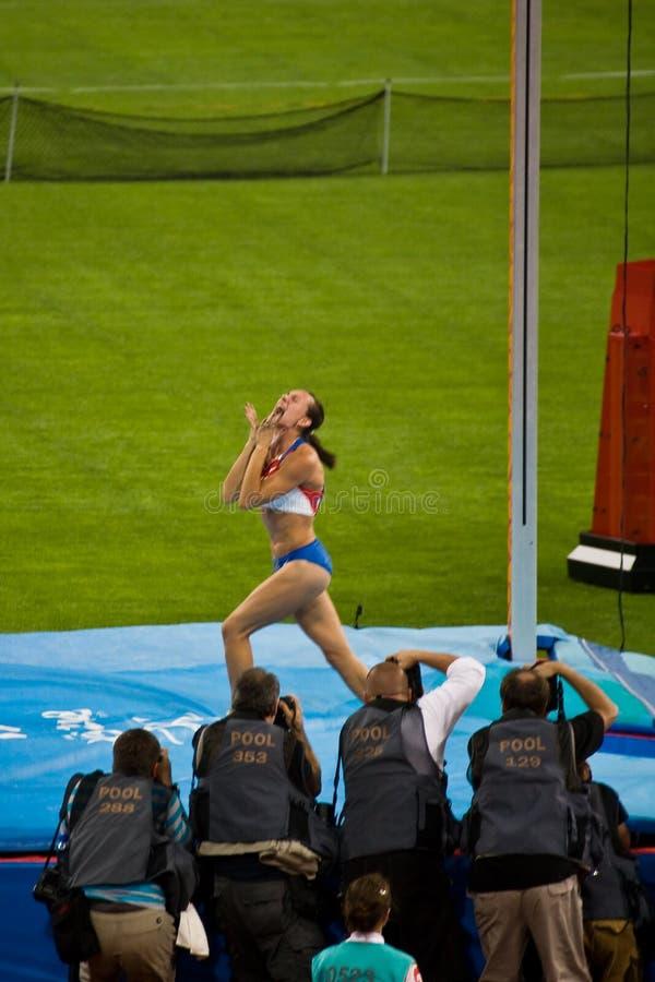 O atleta do vault de pólo da mulher quebra o record mundial fotos de stock