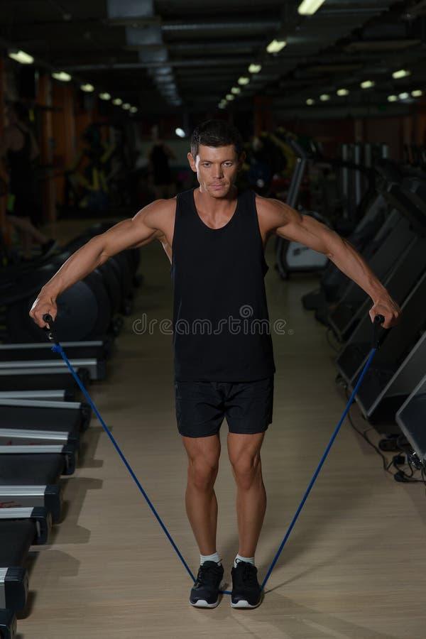 O atleta exercita com corda de salto no gym do esporte imagem de stock