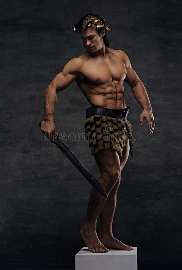 O atleta-guerreiro antigo brutal de Roma guarda uma espada fotografia de stock royalty free