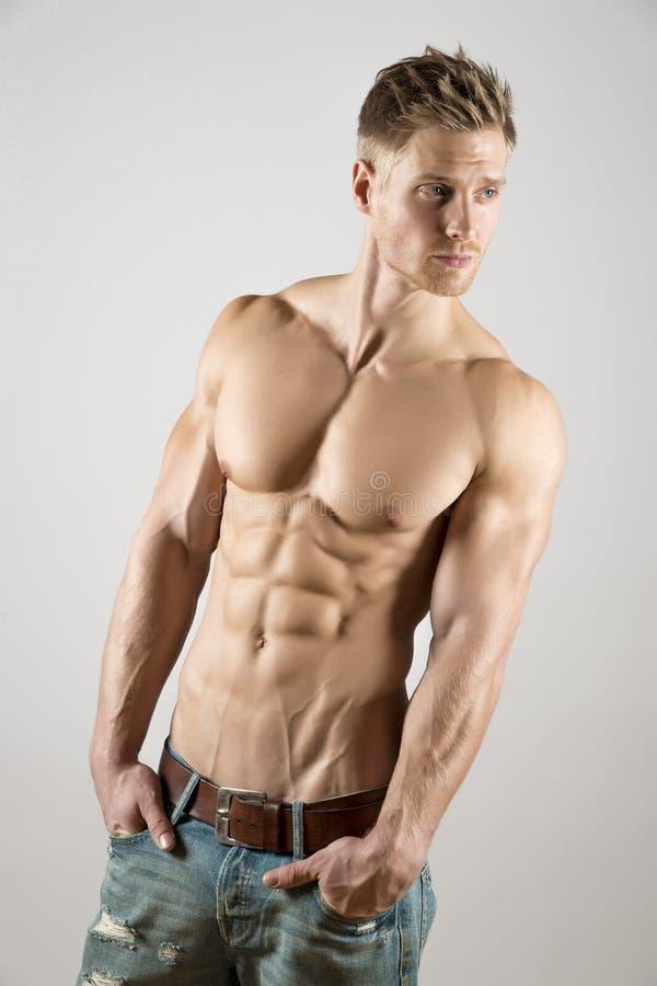 Atleta novo com corpo bem treinado fotos de stock