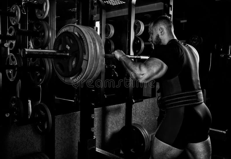 O atleta profissional prepara-se à ocupa com um barbell fotos de stock royalty free