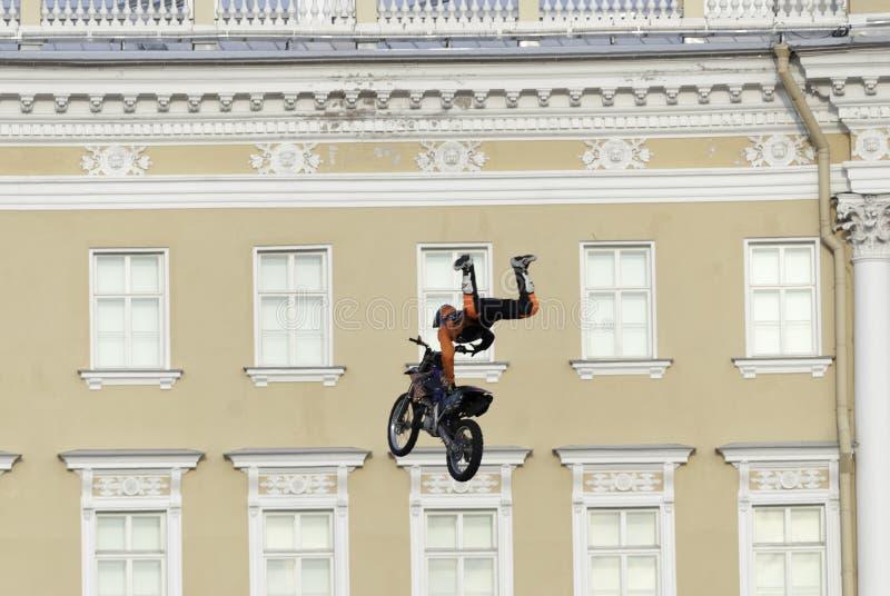 O atleta que salta uma motocicleta fotografia de stock