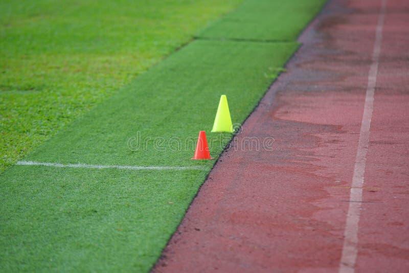 O atletismo artificial com grama verde combinou com a grama artificial fotos de stock