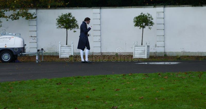 O ator Tom Bateman que toma uma ruptura ao filmar na casa de mármore Twickenham do monte foto de stock royalty free