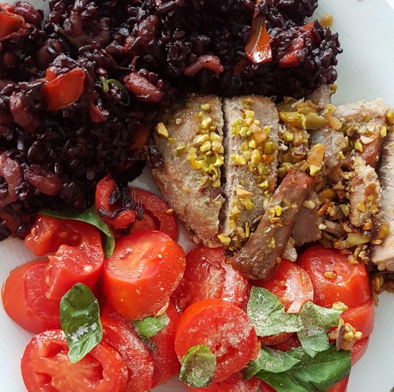 O atum vermelho com o pistache de Bronte e o arroz vermelho com shrimpsand mint imagens de stock royalty free