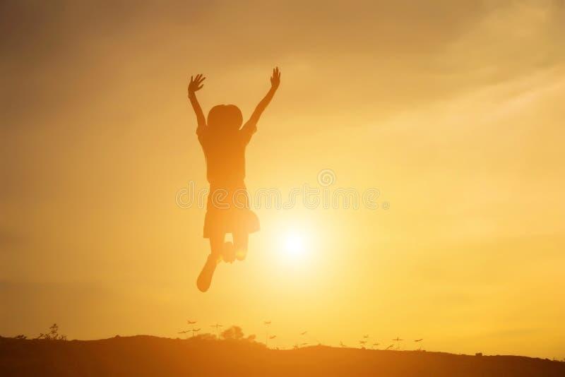 O aumento da jovem mulher entrega acima para seu sucesso, conceito do sucesso na vida fotografia de stock royalty free