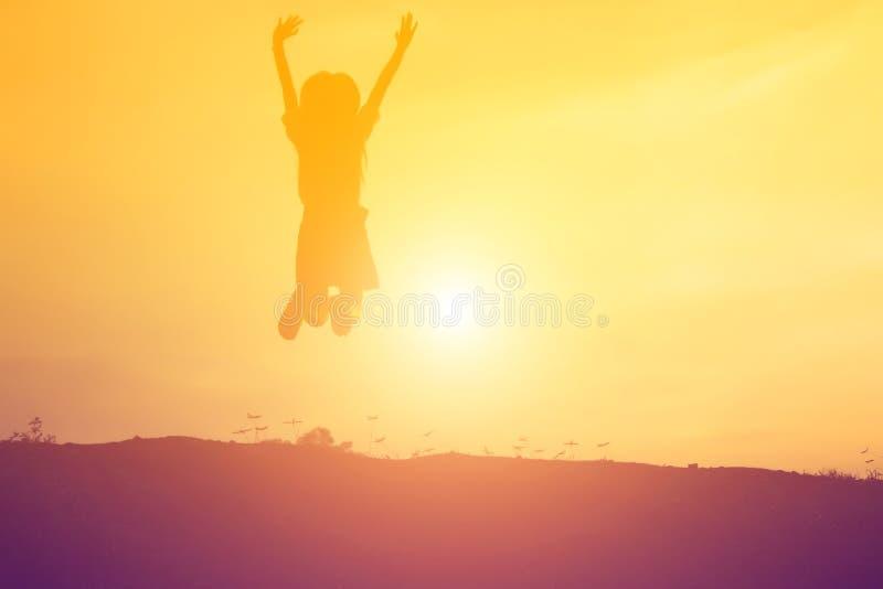 O aumento da jovem mulher entrega acima para seu sucesso, conceito do sucesso na vida foto de stock