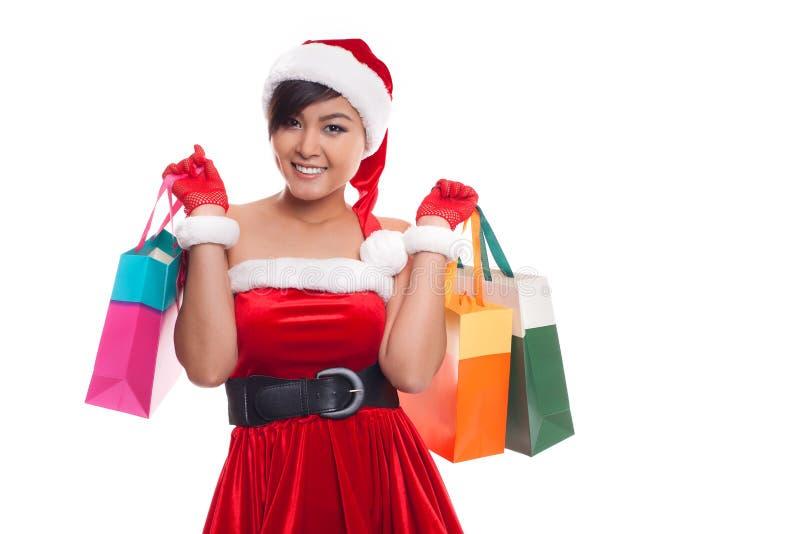 O aumento feliz da jovem mulher da compra arma-se com os sacos - isolados no wh imagens de stock royalty free