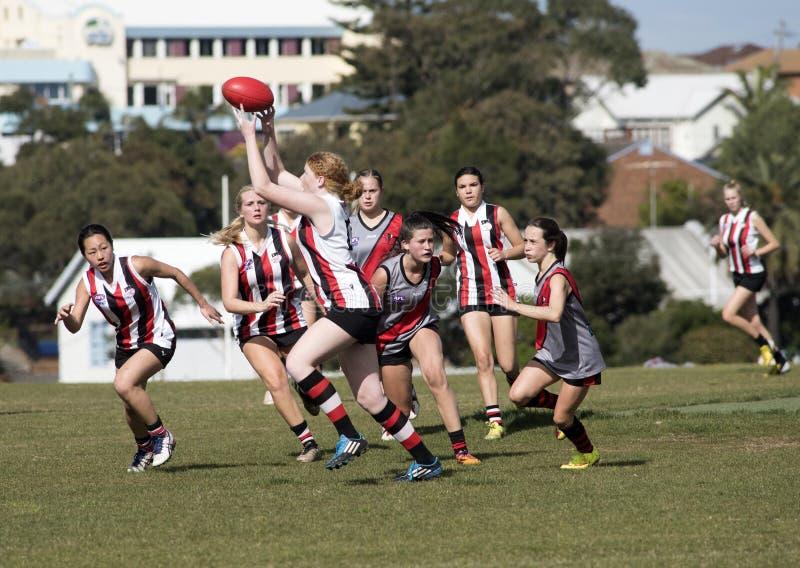 O australiano do jogo das jovens mulheres ordena o futebol imagem de stock royalty free