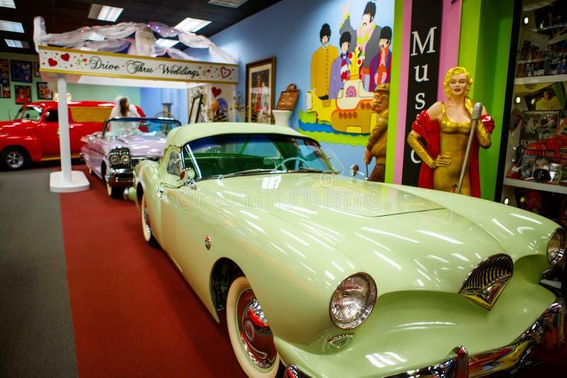 O auto museu de Miami exibe uma coleção de automóveis do vintage e do cinema, de bicicletas e de motocicletas imagem de stock