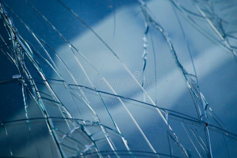 O automóvel de vidro quebrado é cor azul imagem de stock
