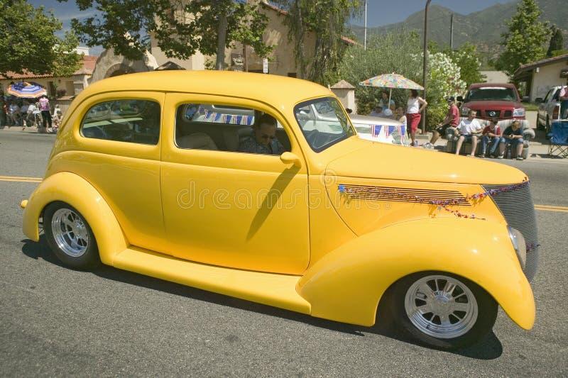 O automóvel decorado festivo do vintage faz sua rua principal da maneira para baixo durante um quarto da parada de julho em Ojai, imagem de stock royalty free