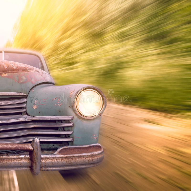 O automóvel do vintage move-se rapidamente imagens de stock royalty free