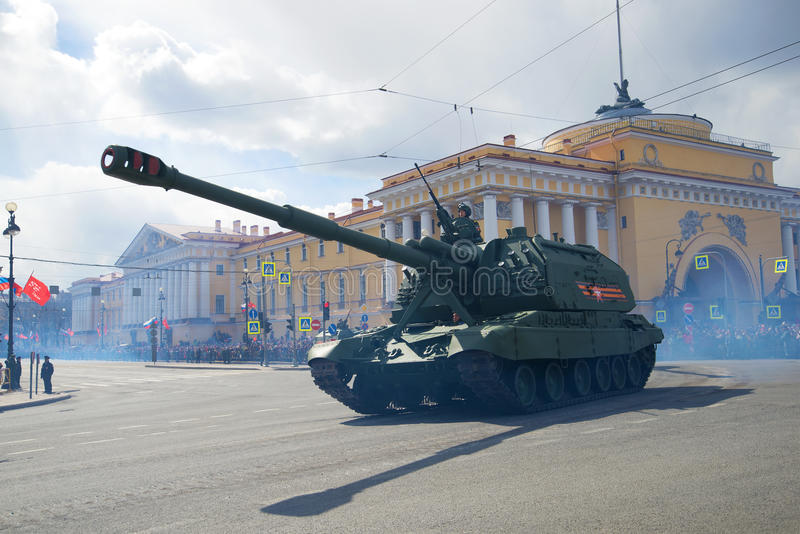 O ` automotor pesado de Msta-s do ` da artilharia participa na parada em honra de Victory Day fotos de stock