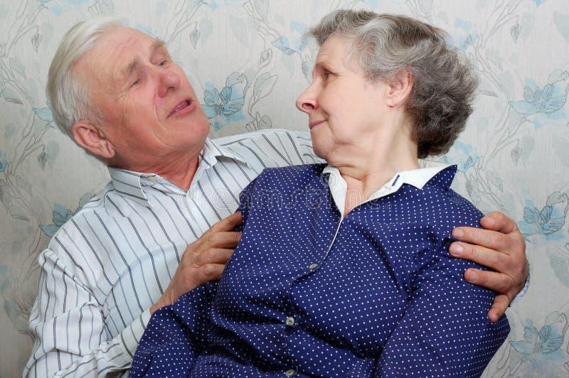 O avô algo diz a avó imagem de stock royalty free