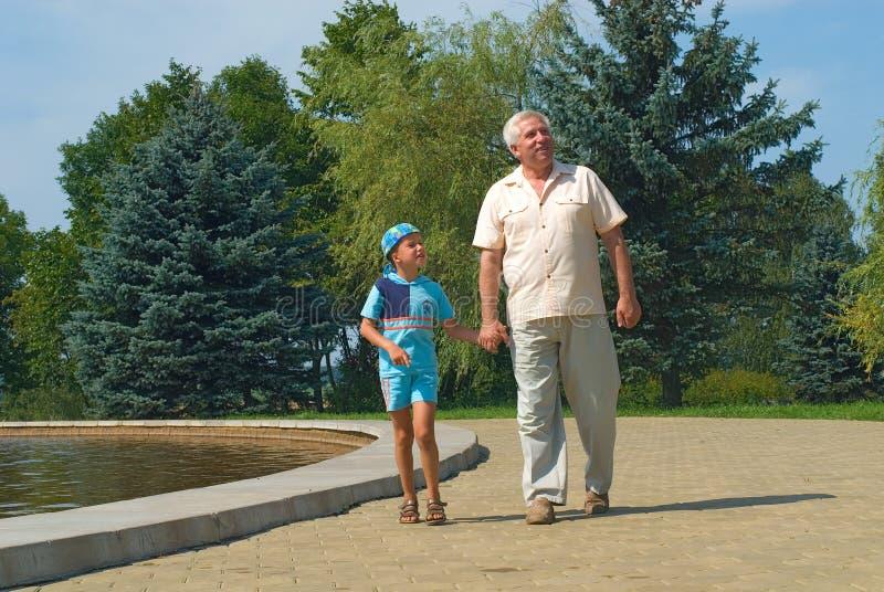 O avô e o neto foto de stock