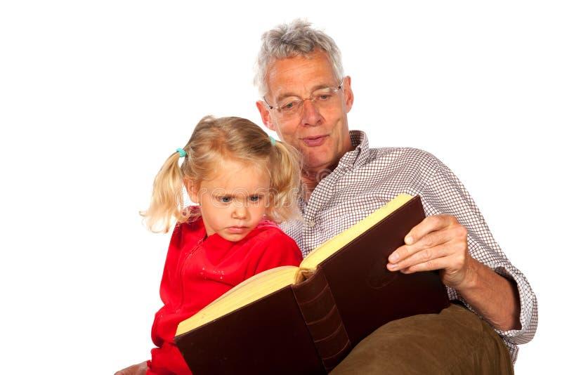 O avô está dizendo uma história fotografia de stock