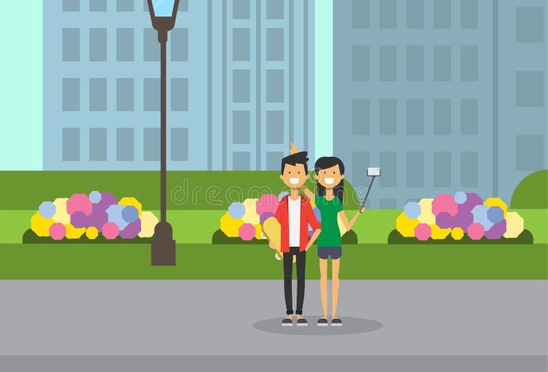 O avatar completo do comprimento do skate do irmão dos chifres da posse da vara do selfie da irmã sobre o gramado do verde da lâm ilustração stock