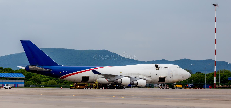 O avião Boeing 747-412 da carga da empresa da carga de Aerotrans está sendo descarregado no aeródromo imagens de stock royalty free