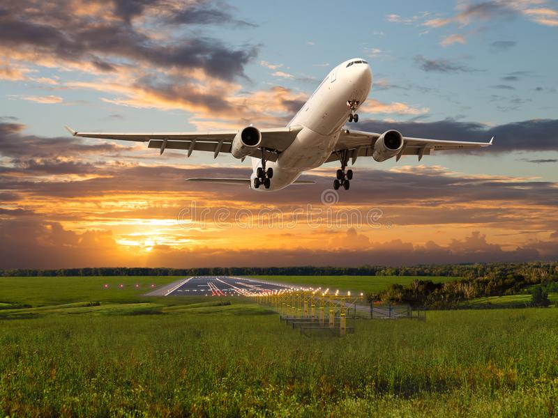 O avião comercial decola da pista de decolagem do aeroporto fotografia de stock royalty free