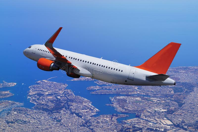 O avião comercial decola do aeroporto na ilha, o wh foto de stock royalty free