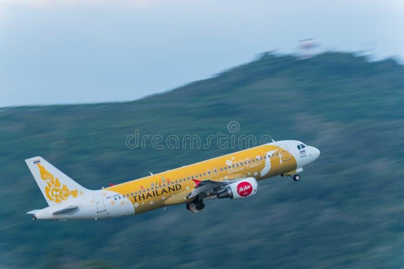O avião das vias aéreas de Air Asia decola em phuket fotografia de stock royalty free