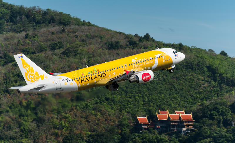 O avião das vias aéreas de Air Asia decola em phuket fotografia de stock