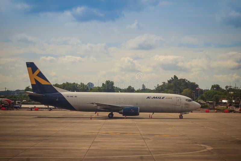 O avião de Ásia de K-milha está estacionando no aeroporto O ar de K-milha é uma linha aérea da carga a fornecer voos programado e imagem de stock royalty free