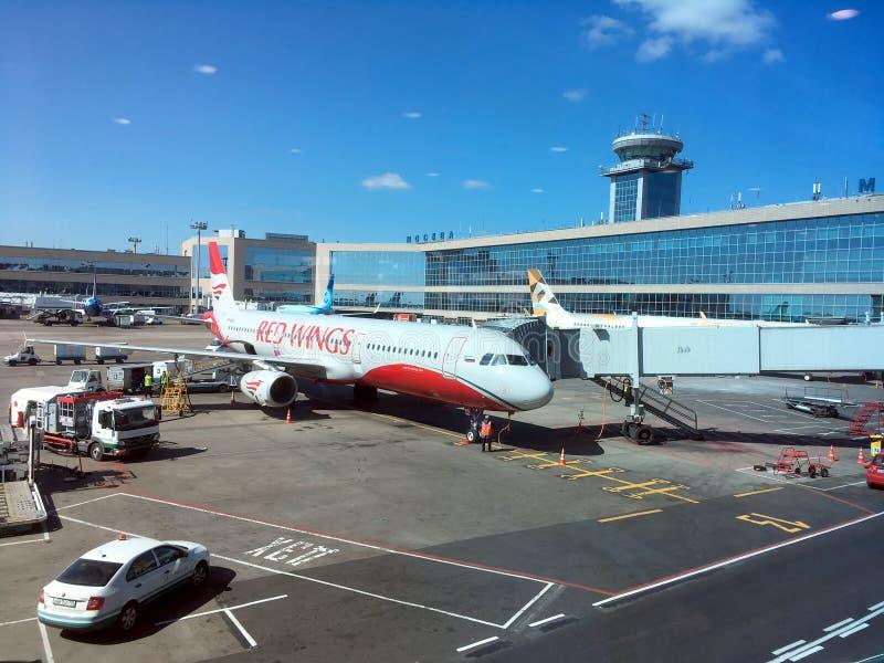 O avião de Airbus está preparando-se para migrar no aeroporto internacional de Moscou Domodedovo foto de stock