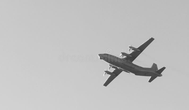 O avião de carga militar soviético velho da turboélice voa sobre a cidade no pode um dia de 9 vitórias imagens de stock