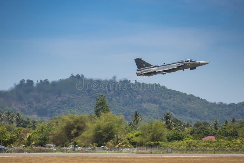 O avião de combate decola para o airshow fotos de stock
