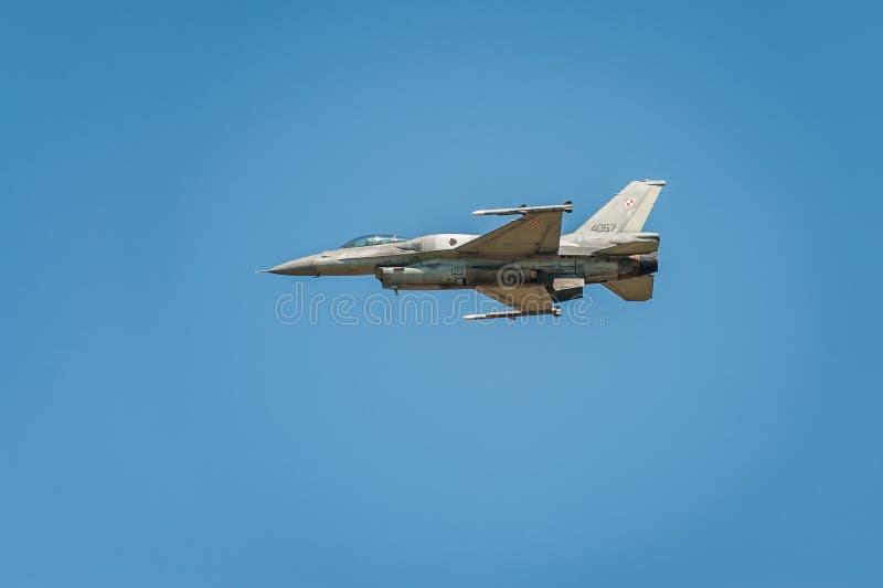 O avião de combate do jato voa e mostra um desempenho no céu azul do airshow na claro imagens de stock royalty free