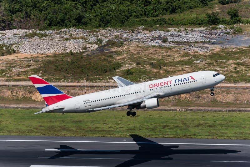 O avião de Oriente Thai Airways decola no aeroporto de phuket foto de stock