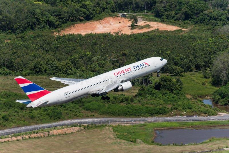 O avião de Oriente Thai Airways decola no aeroporto de phuket fotografia de stock