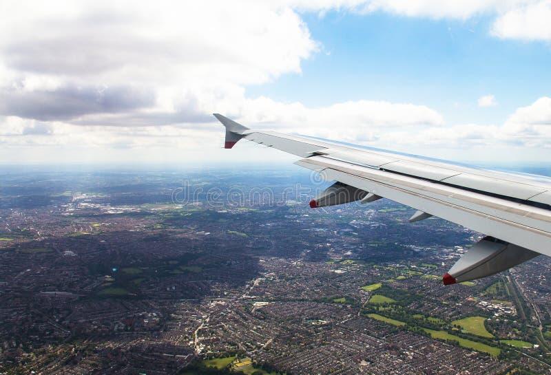 O avião grande começa a diminuir e prepara-se aterrando no aeroporto de Heathrow Londres Reino Unido fotografia de stock royalty free