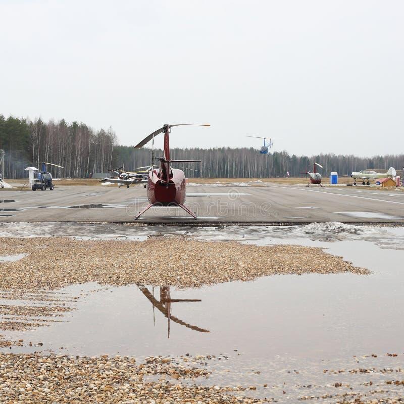 O avião - helicópteros diferentes e aplana estacionado e em voo imagem de stock