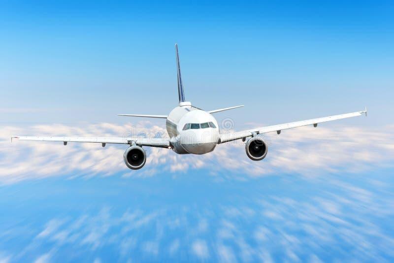 O avião no céu acima das nuvens migra o borrão de movimento da velocidade da altura do sol da viagem Aviões comerciais do passage imagens de stock royalty free