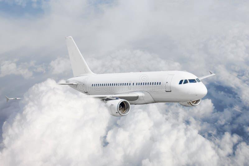 O avião nos deslizes do céu nas nuvens migra a viagem Aviões comerciais do passageiro imagem de stock