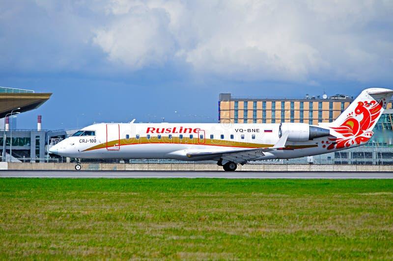 O avião regional do jato CRJ-100ER de Canadair da linha aérea de Rusline está aterrando no aeroporto internacional de Pulkovo em  foto de stock royalty free
